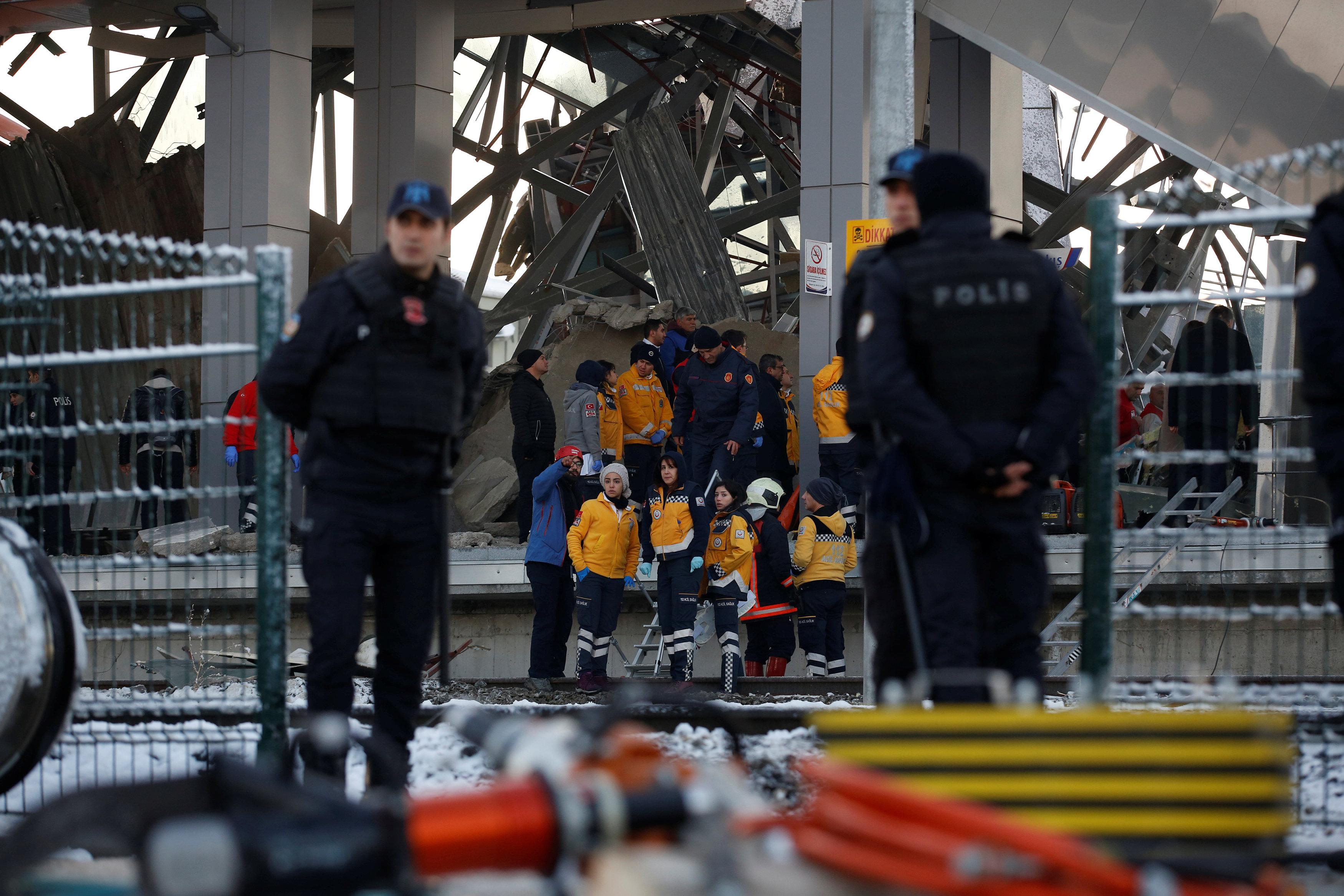 عمال الإنقاذ فى موقع الحادث