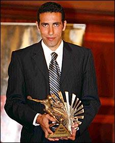 محمد أبوتريكة يحمل جائزة 2008
