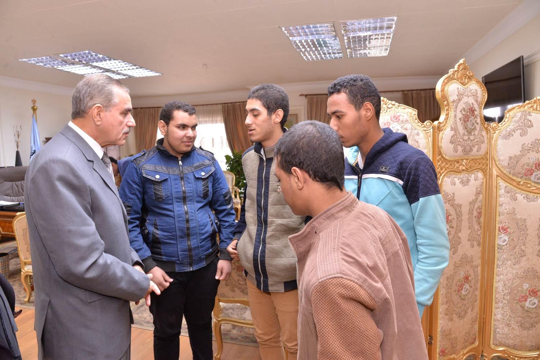 لقاء المحافظ بالطلاب المكفوفين (2)