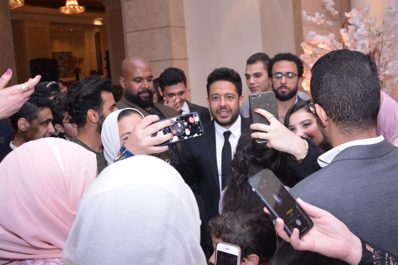 حماقى يحول زفاف محمد وحنين لحفل جماهيري (1)