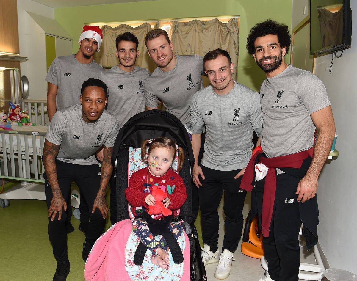 محمد صلاح يزور مستشفى الاطفال فى ليفربول مع نجوم الريدز (5)