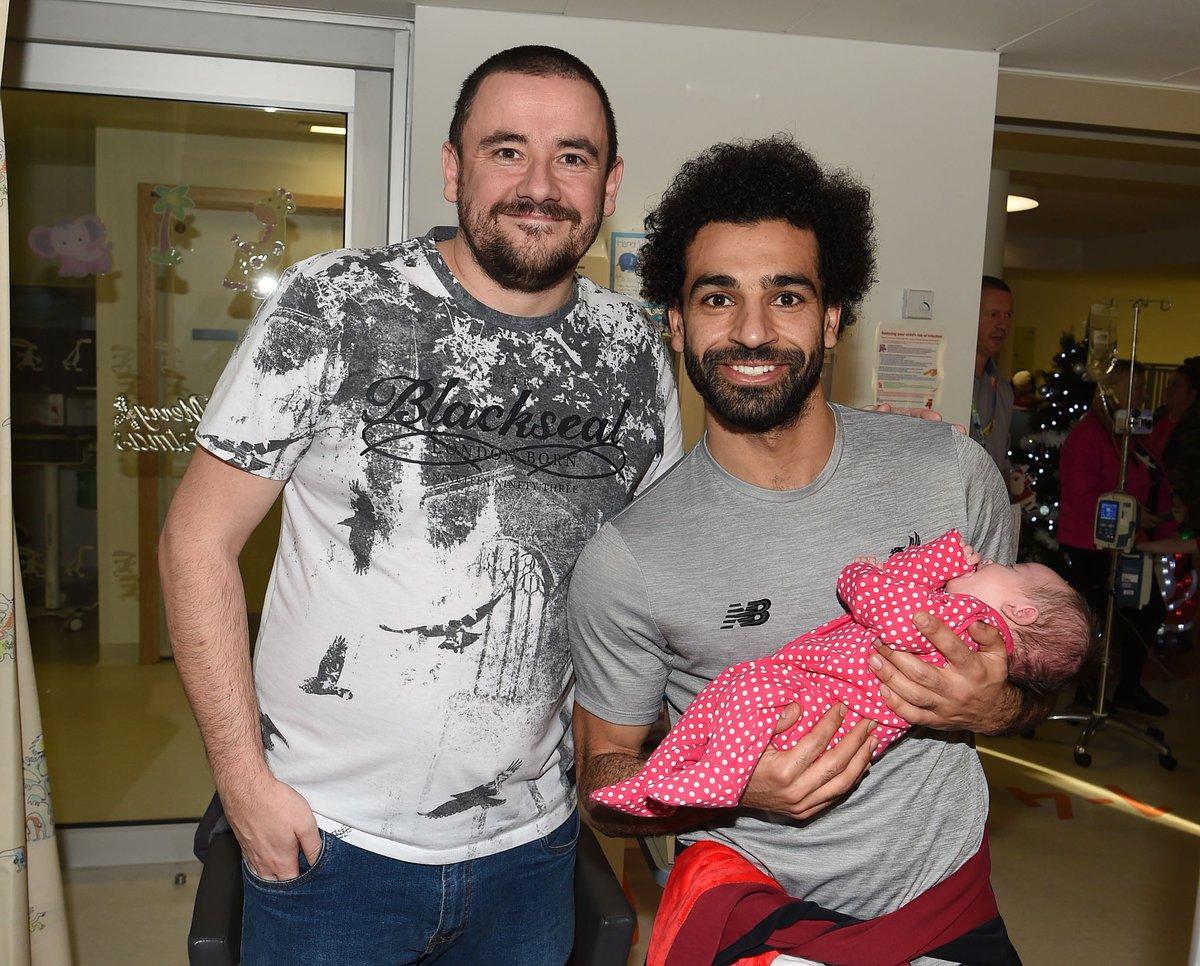 محمد صلاح يزور مستشفى الاطفال فى ليفربول مع نجوم الريدز (1)