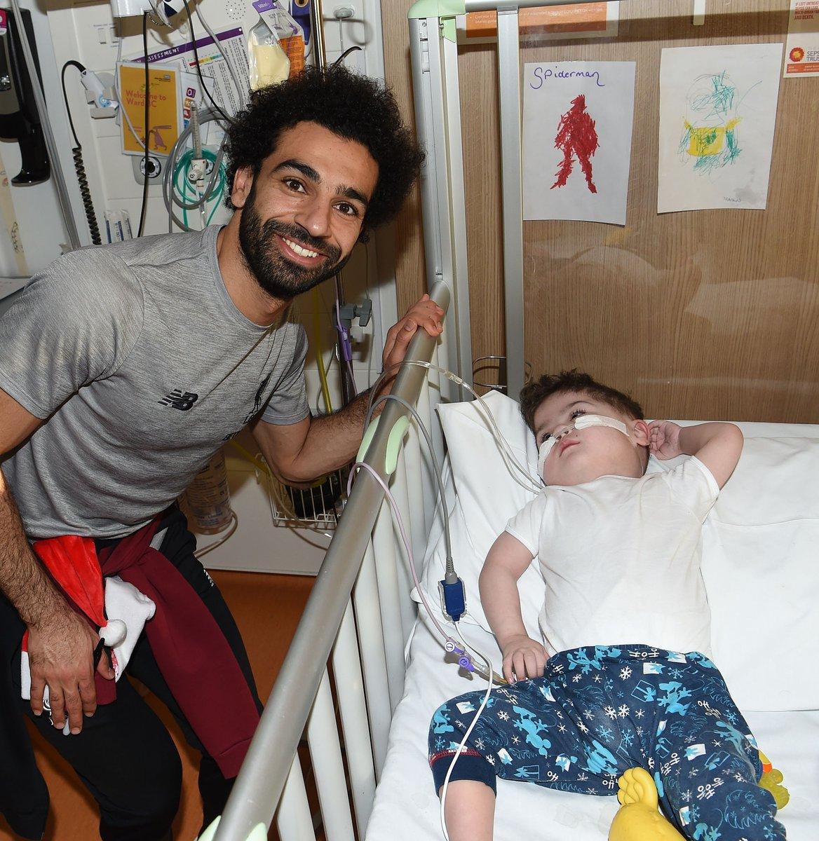محمد صلاح يزور مستشفى الاطفال فى ليفربول مع نجوم الريدز (2)