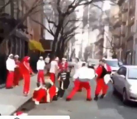 مشاجرة بين أشخاص يرتدون زى سانتا كلوز