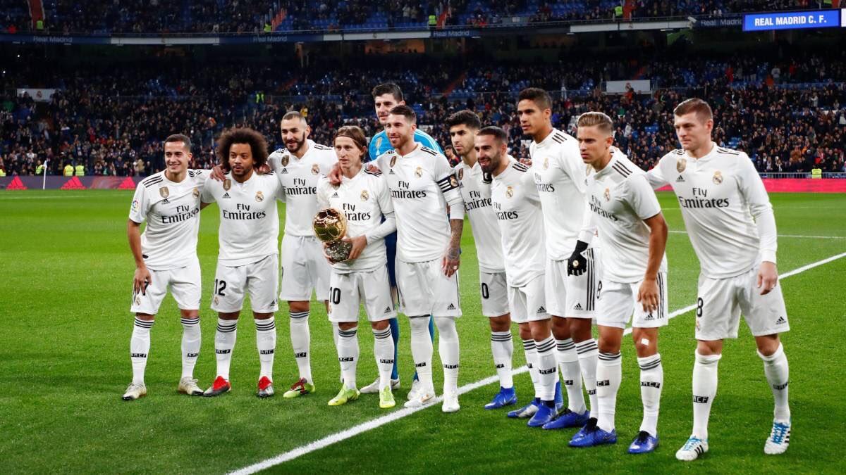 احتفال لوكا مودريتش مع نجوم ريال مدريد بالكرة الذهبية