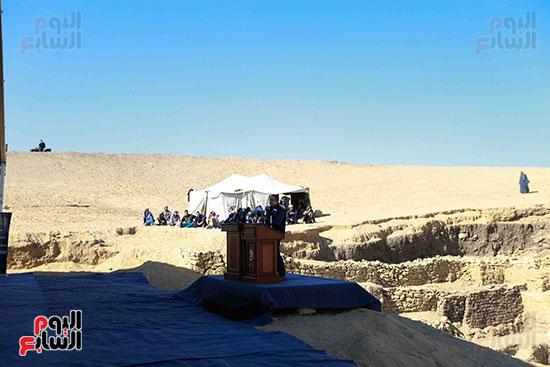 اكتشاف مقبرة بالهرم (8)
