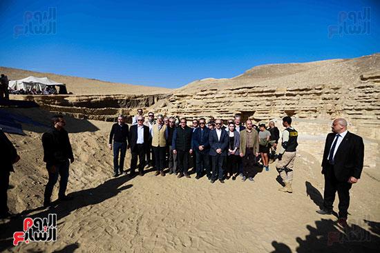 اكتشاف مقبرة بالهرم (10)