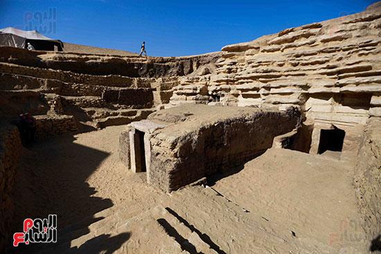 اكتشاف مقبرة بالهرم (11)