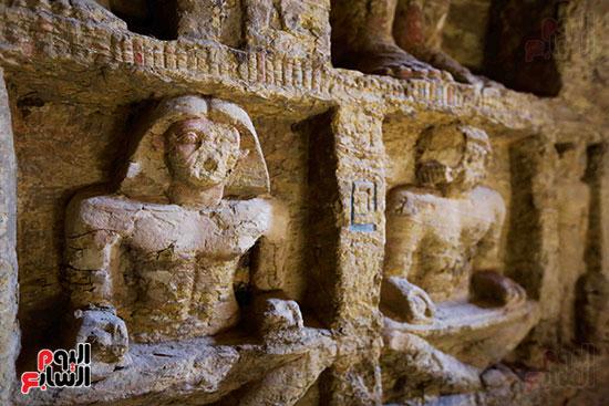 اكتشاف مقبرة بالهرم (26)