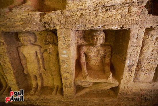 اكتشاف مقبرة بالهرم (30)