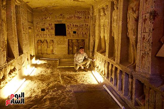 اكتشاف مقبرة بالهرم (12)