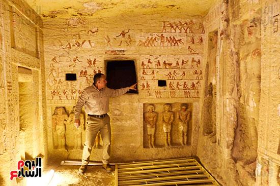 اكتشاف مقبرة بالهرم (15)