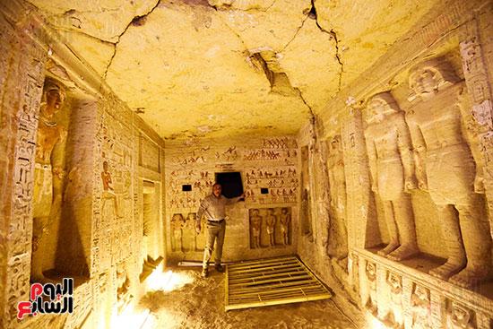 اكتشاف مقبرة بالهرم (16)
