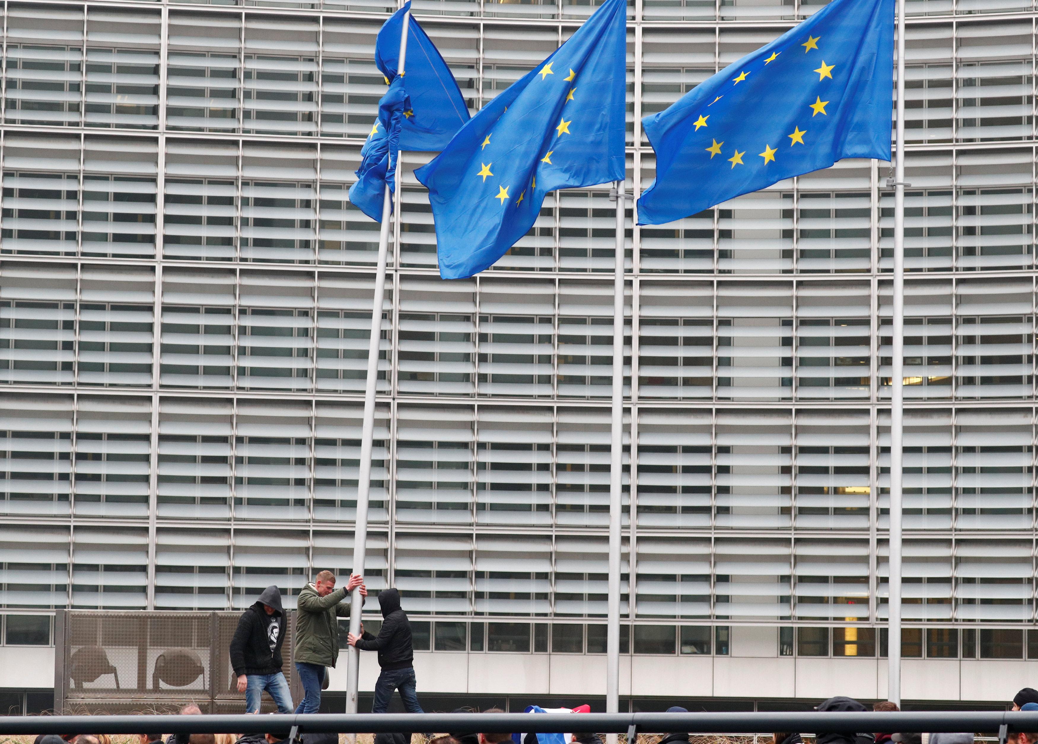 محاولات نزع علم الاتحاد الأوروبى