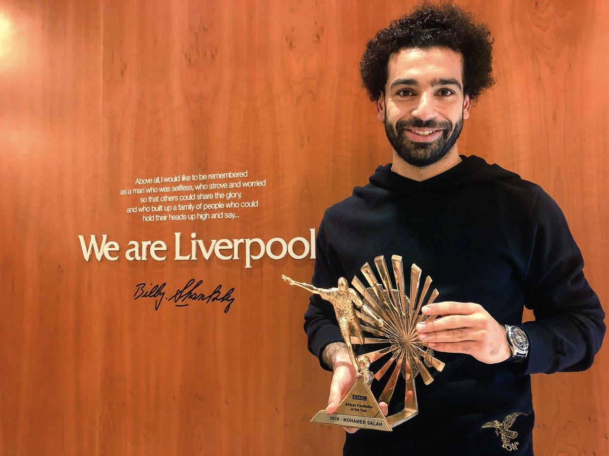 محمد صلاح مع الجائزة أفضل لاعب أفريقي