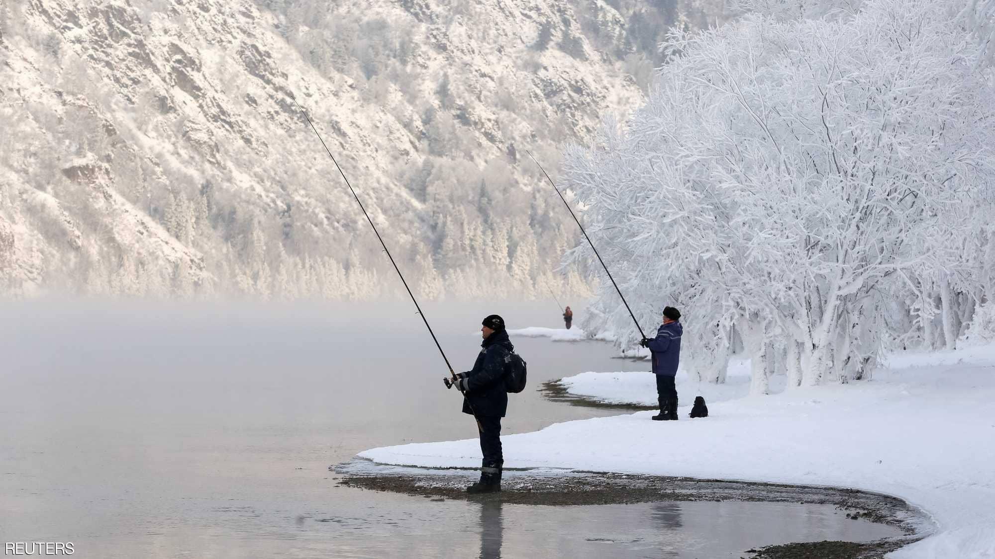 شخصان يصطادان الأسماك من نهر يانيسى بمقاطعة سيبيريا