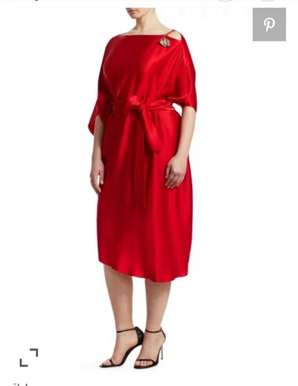 فستان من الساتان الأحمر