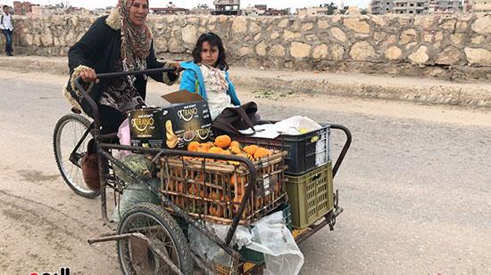 حنان-عبد-اللطيف..-أول-امرأة-تقوم-العجلة-بحثا-عن-الرزق-فى-العريش-(11)