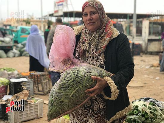 حنان-عبد-اللطيف..-أول-امرأة-تقوم-العجلة-بحثا-عن-الرزق-فى-العريش-(7)