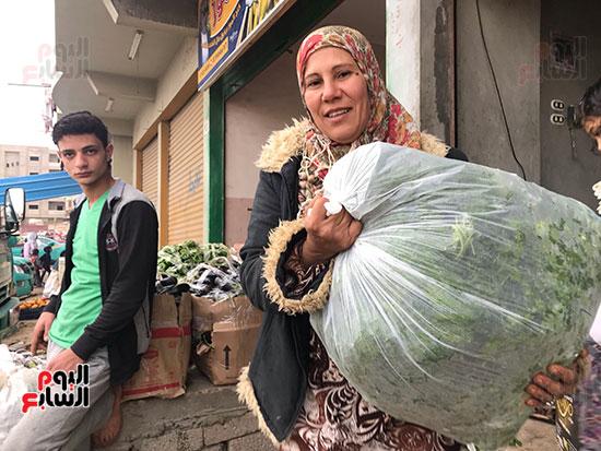 حنان-عبد-اللطيف..-أول-امرأة-تقوم-العجلة-بحثا-عن-الرزق-فى-العريش-(6)