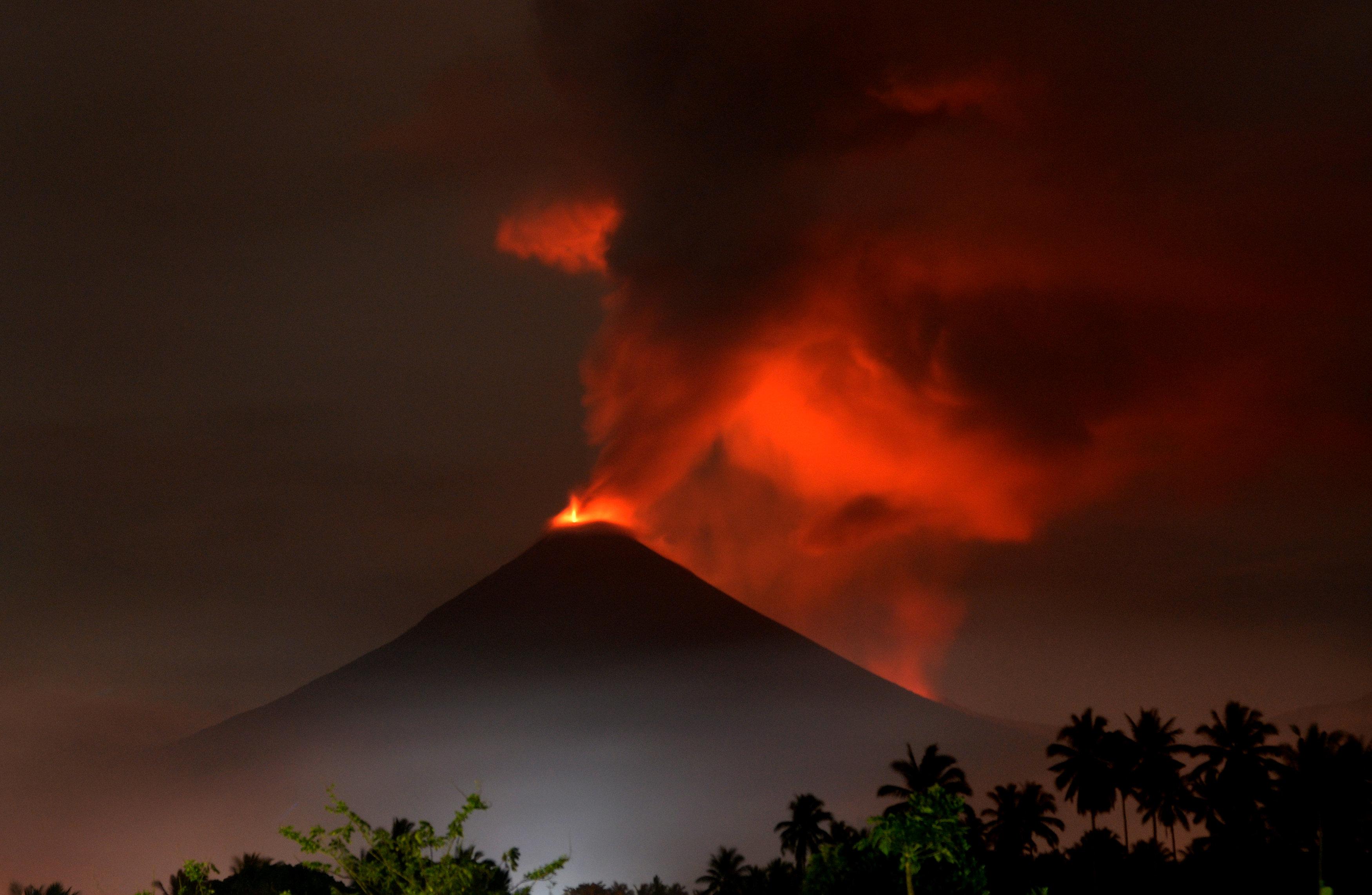 تجدد انفجار بركان جبل سوبوتان بوسط إندونيسيا (3)