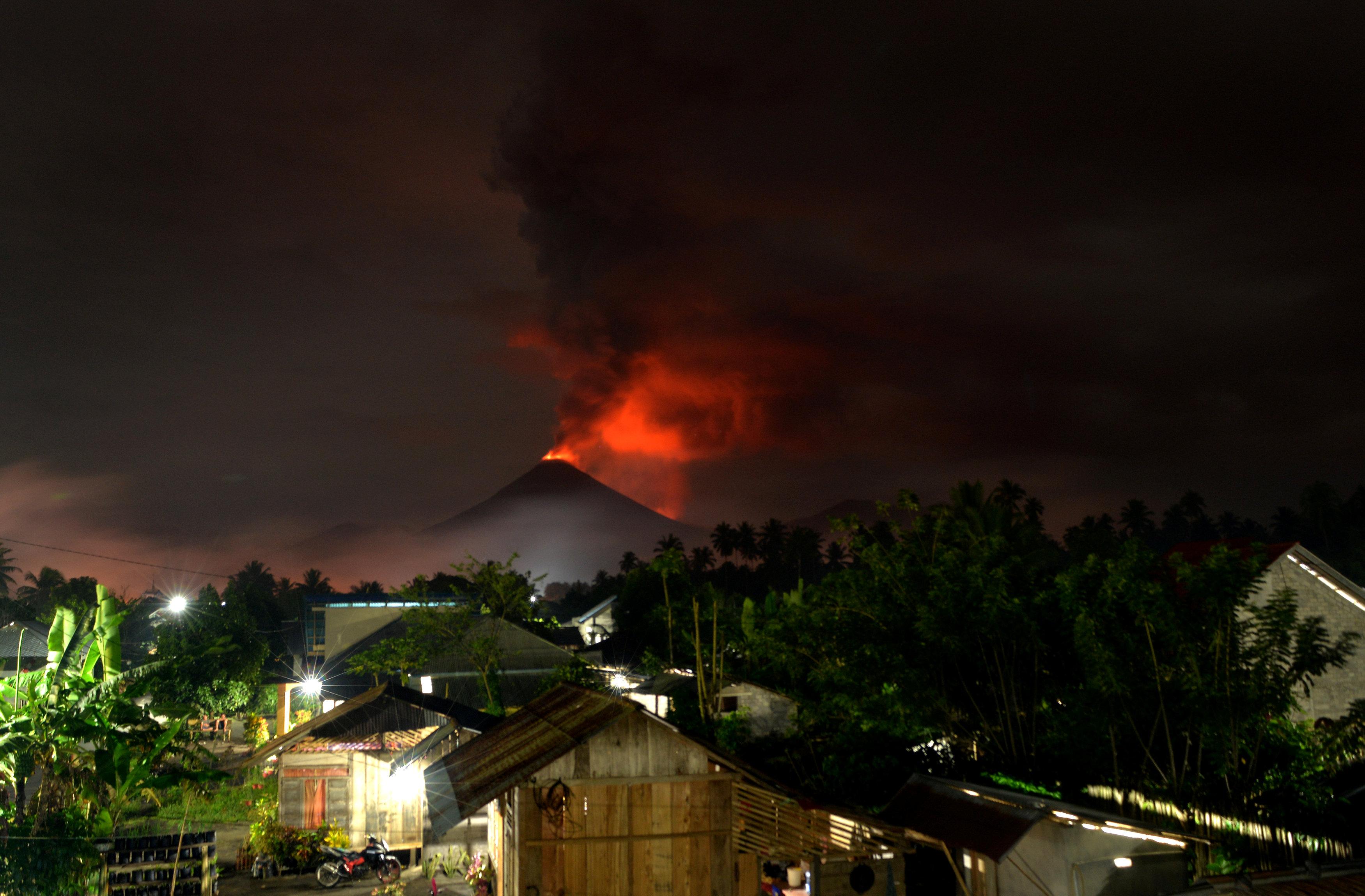 تجدد انفجار بركان جبل سوبوتان بوسط إندونيسيا (1)