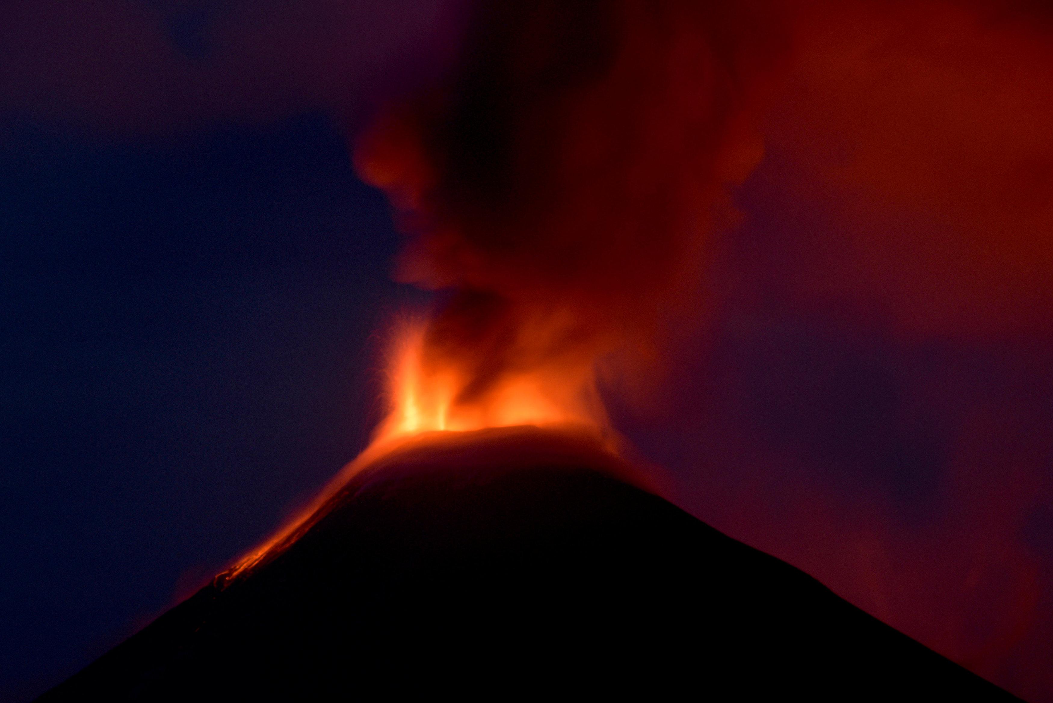 تجدد انفجار بركان جبل سوبوتان بوسط إندونيسيا (4)