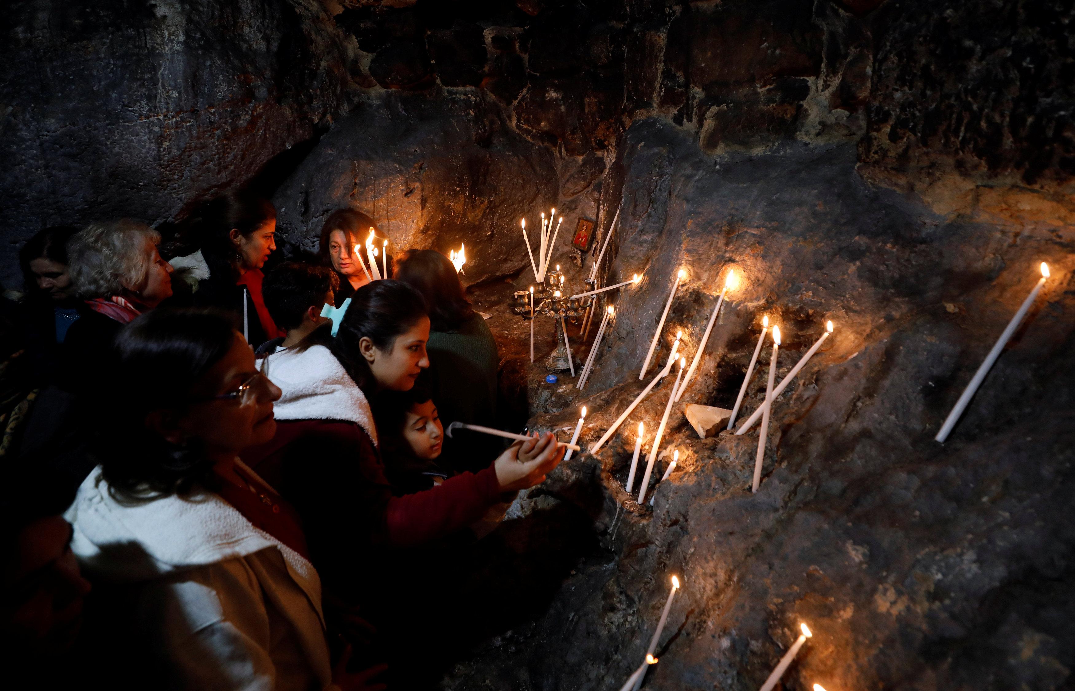 فلسطينيون يضيئون الشموع احتفالا بالمناسبة الدينية