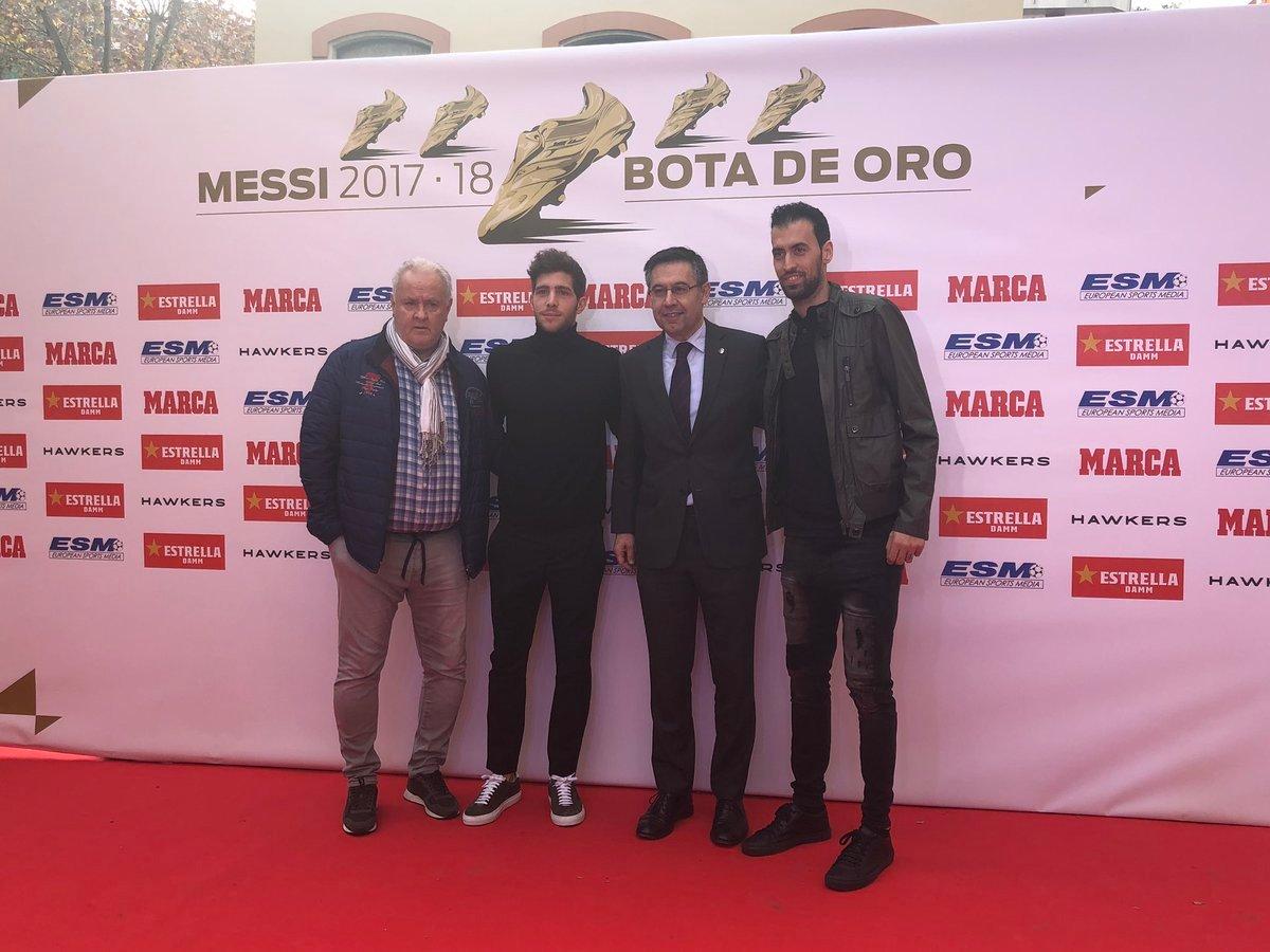 روبيرتو وبوسكيتس مع بارتوميو رئيس برشلونة