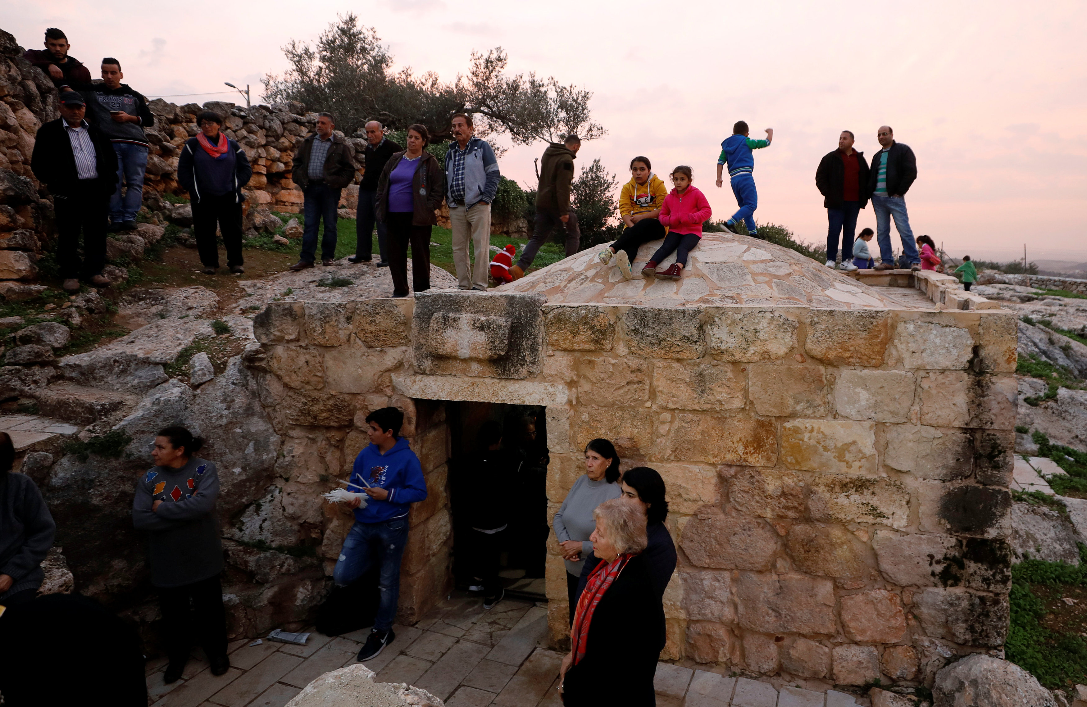مواطنون يتابعون احتفالات القرية الفلسطينية