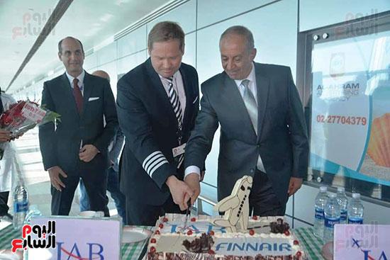 محافظ البحر الأحمر يستقبل أول رحلة طيران فنلندية للغردقة (2)