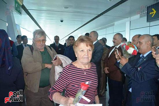 محافظ البحر الأحمر يستقبل أول رحلة طيران فنلندية للغردقة (5)