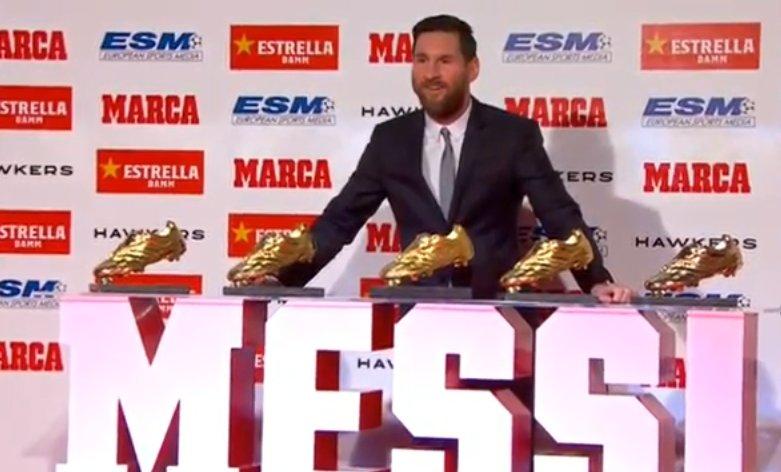 ميسي مع الأحذية الذهبية