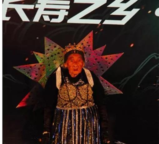 عرض ازياء لكبار السن فى الصين3