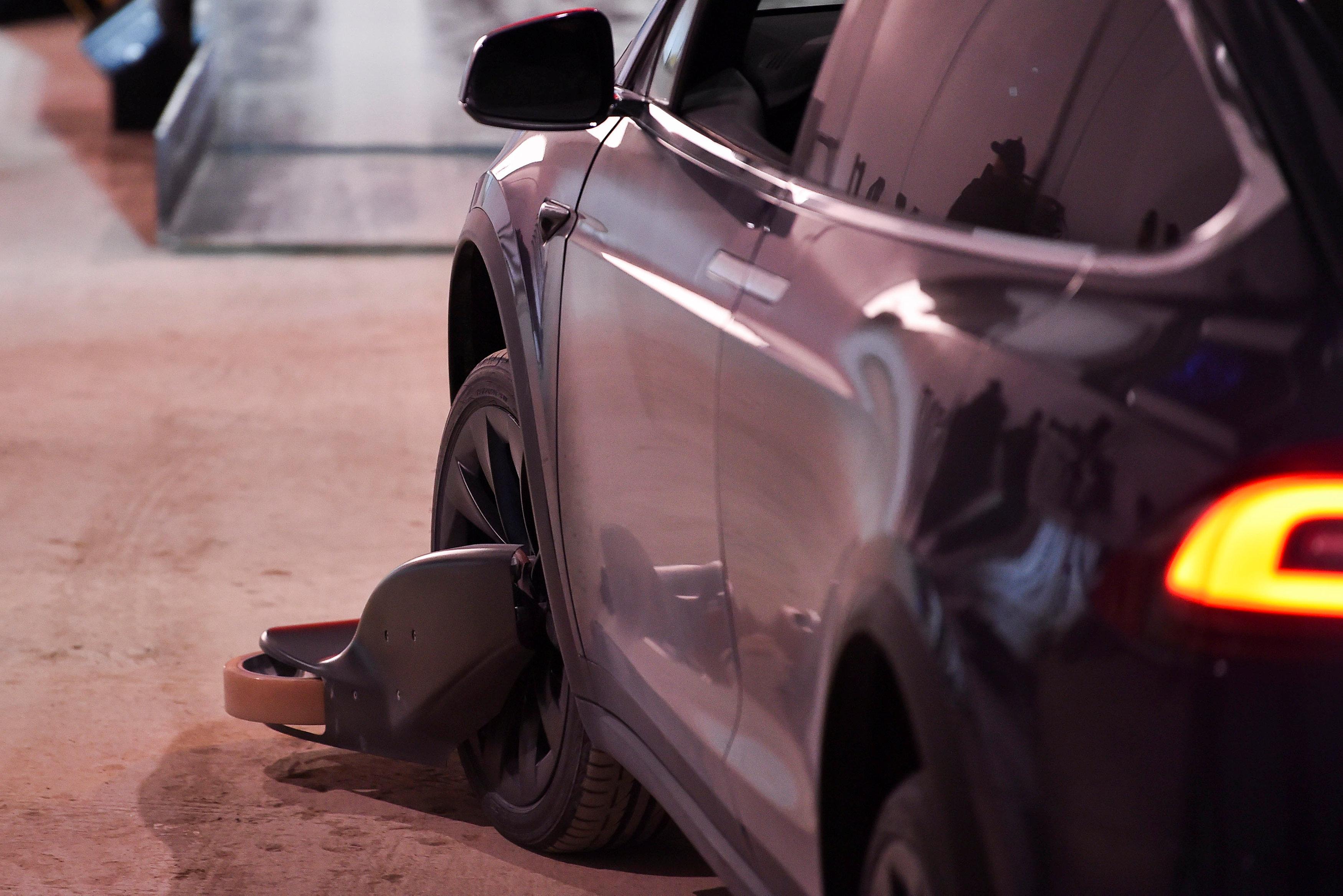 أحد سيارات شركة تيسلا تستعد لدخول النفق