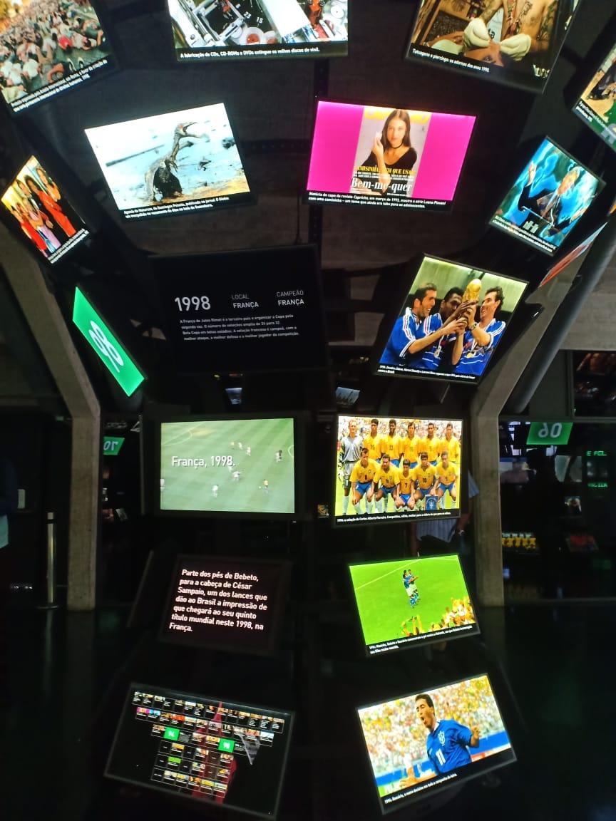 خلال زيارة الدكتور زاهى حواس والسفير المصرى لمتحف كرة القدم (3)