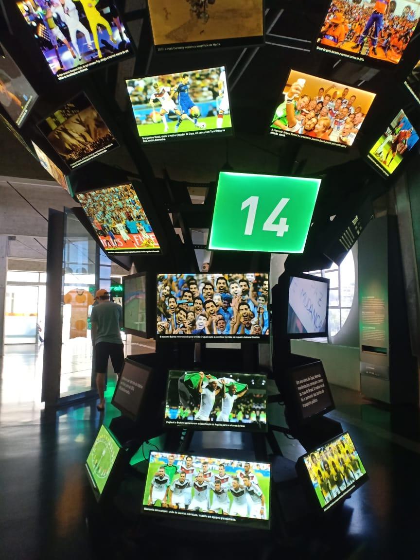 خلال زيارة الدكتور زاهى حواس والسفير المصرى لمتحف كرة القدم (2)