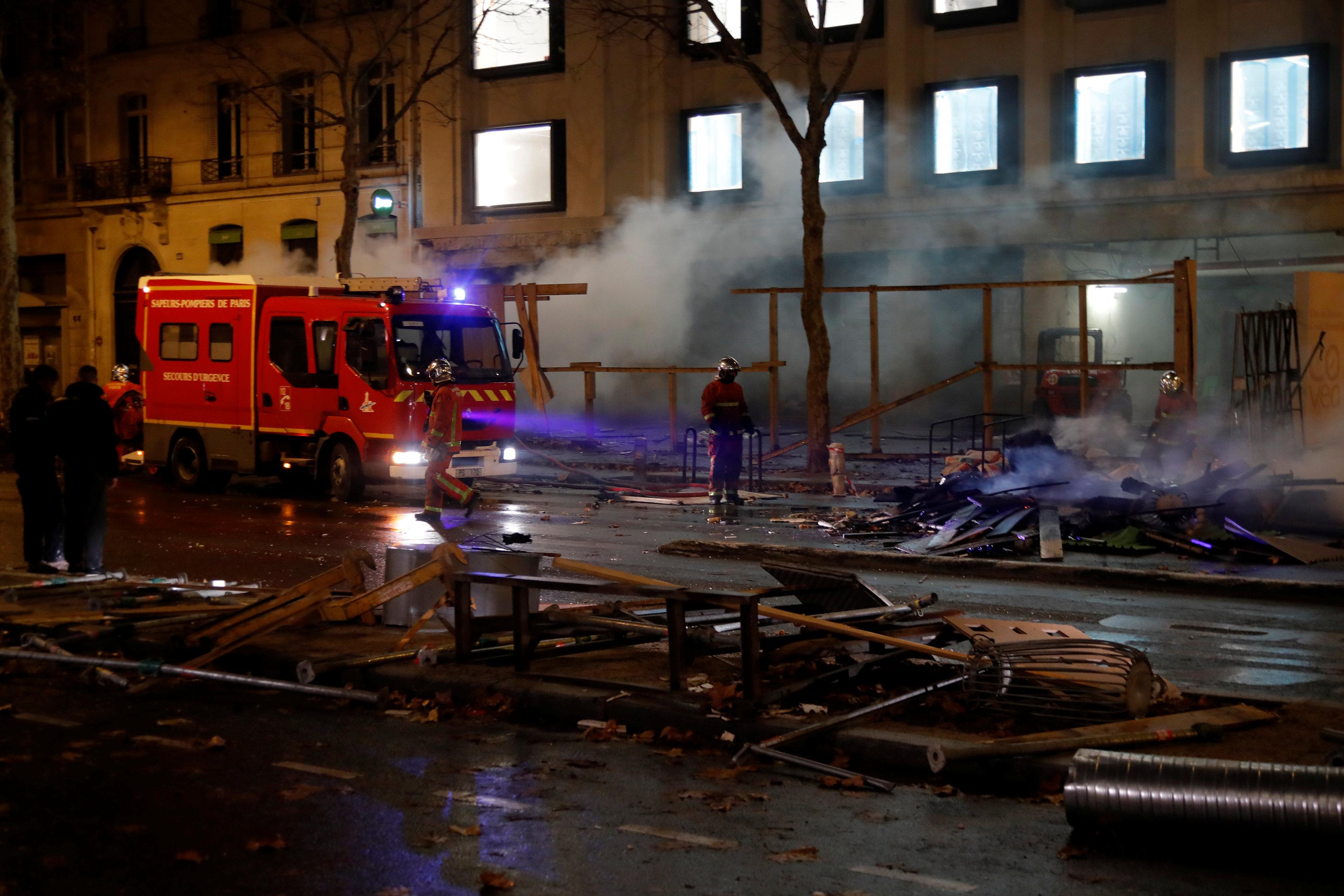 أحد سيارات الإطفاء تحاول احتواء أحد الحرائق فى قلب العاصمة باريس