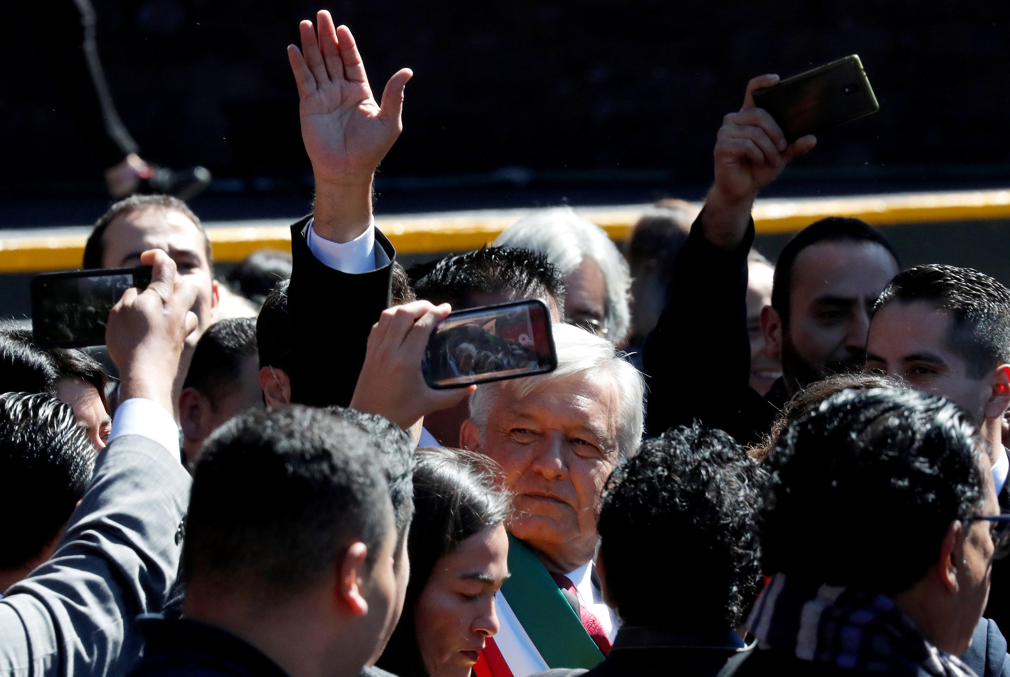 الرئيس المكسيكى الجديد وسط المئات من أنصاره