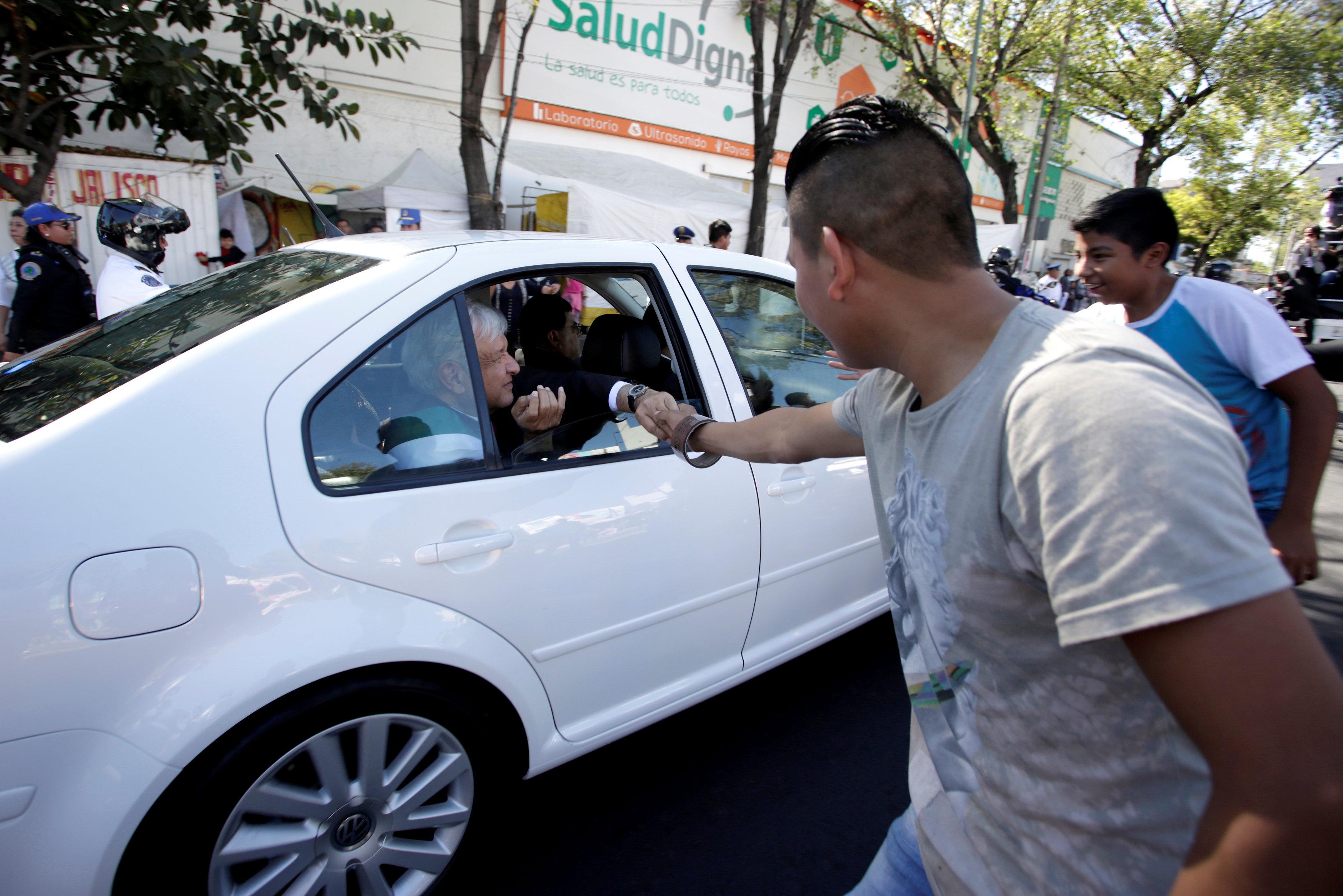 رئيس المكسيك الجديد يصافح أحد أنصاره