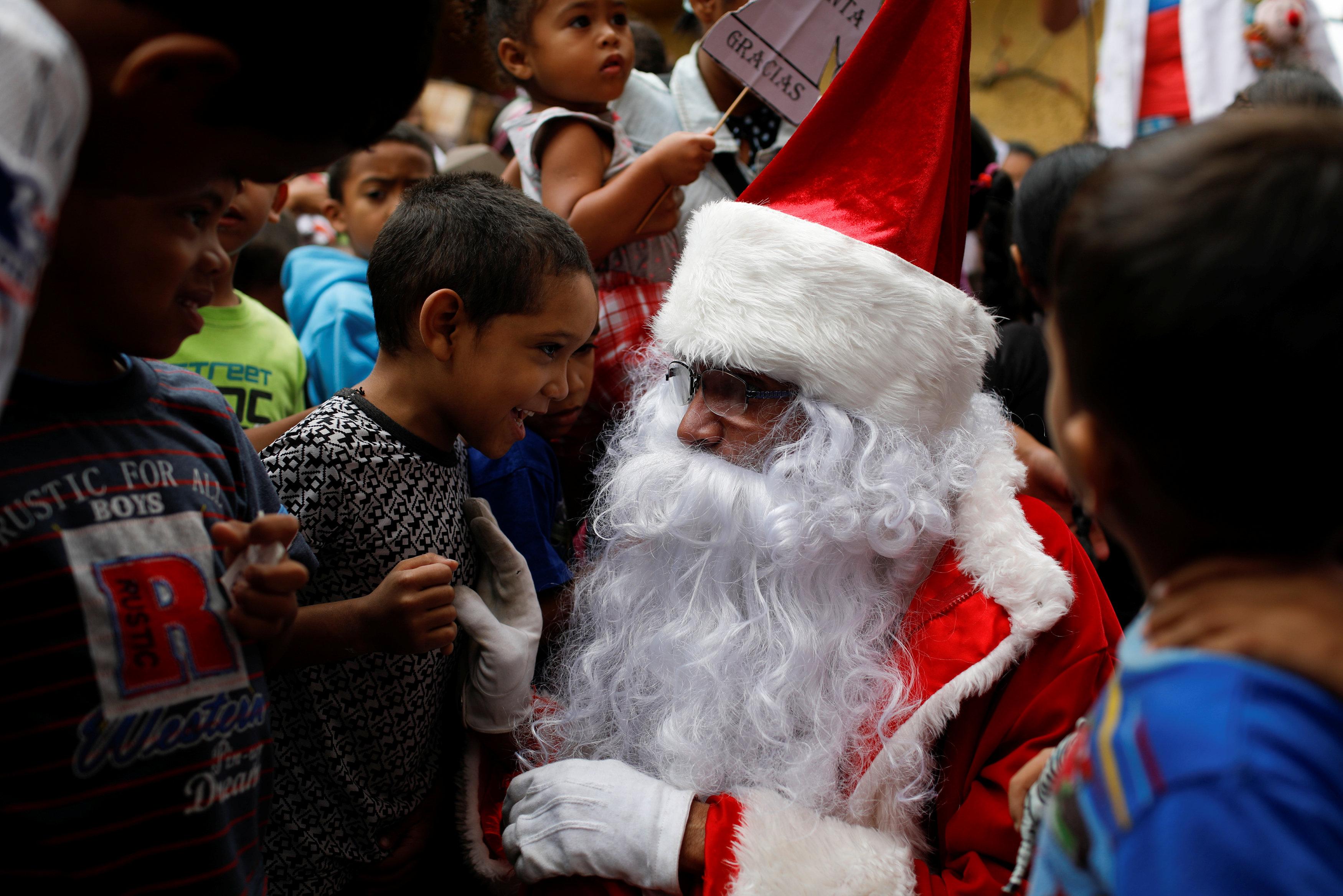 بابا نويل يتجول فى فنزويلا حاملا الهدايا لأطفال المدارس (3)