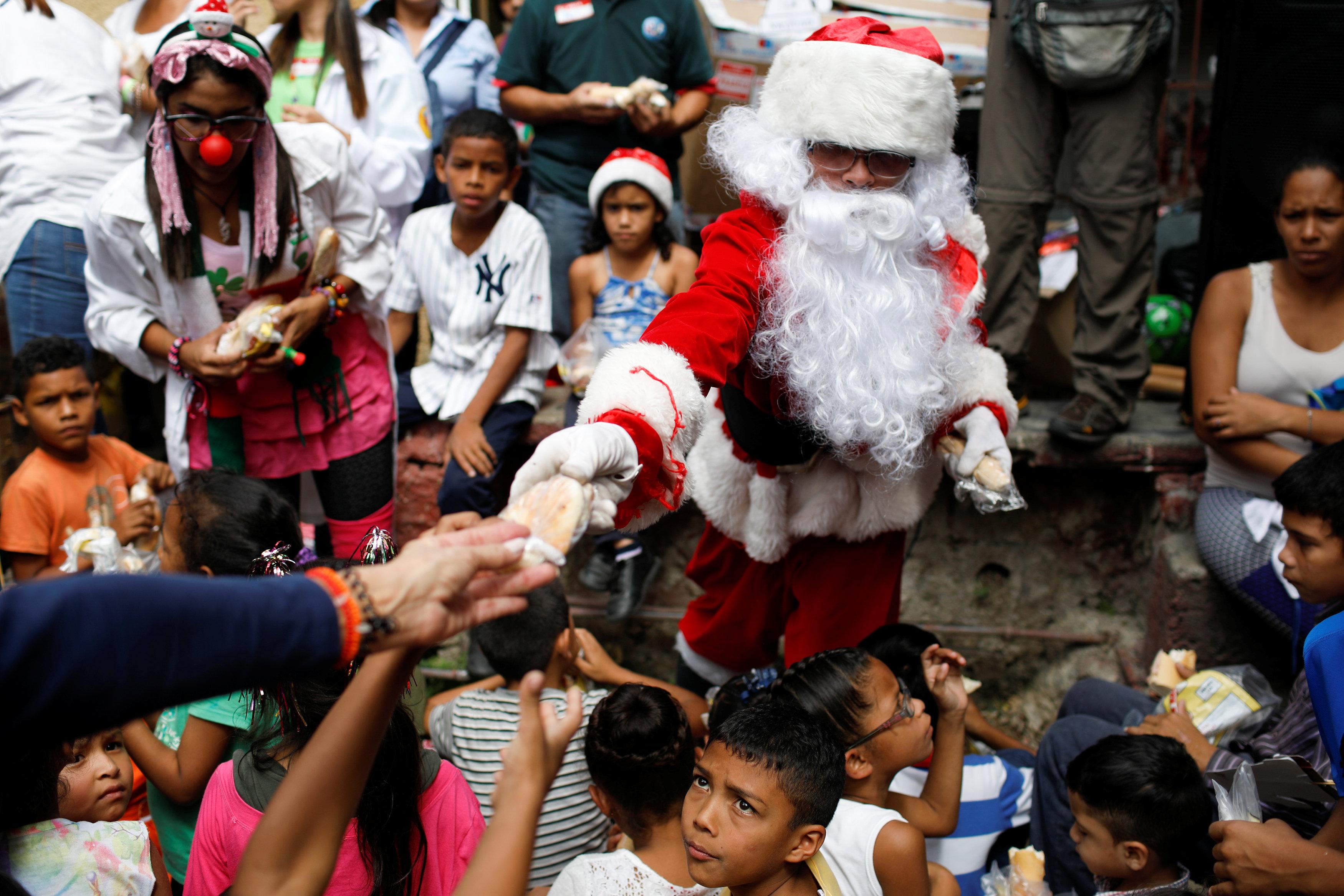 بابا نويل يتجول فى فنزويلا حاملا الهدايا لأطفال المدارس (1)