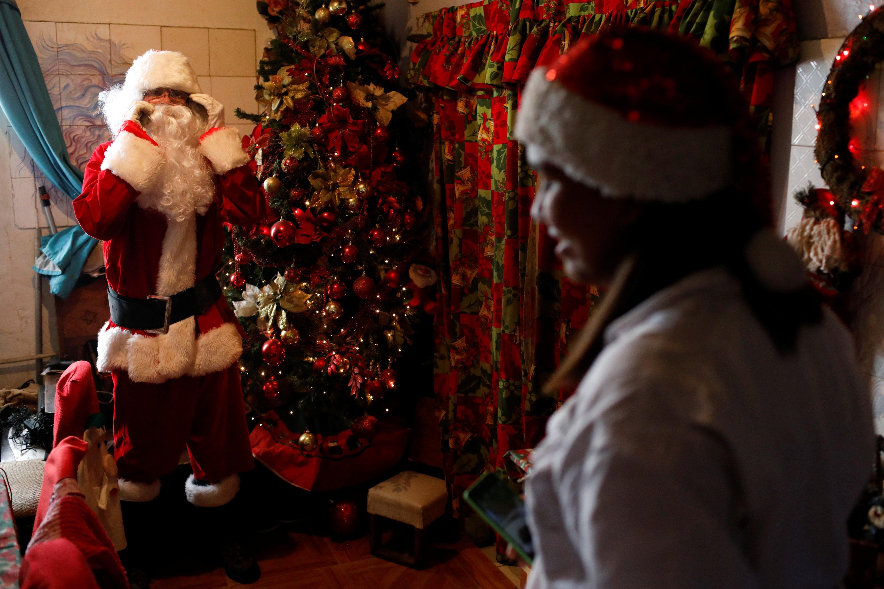 بابا نويل يتجول فى فنزويلا حاملا الهدايا لأطفال المدارس (6)