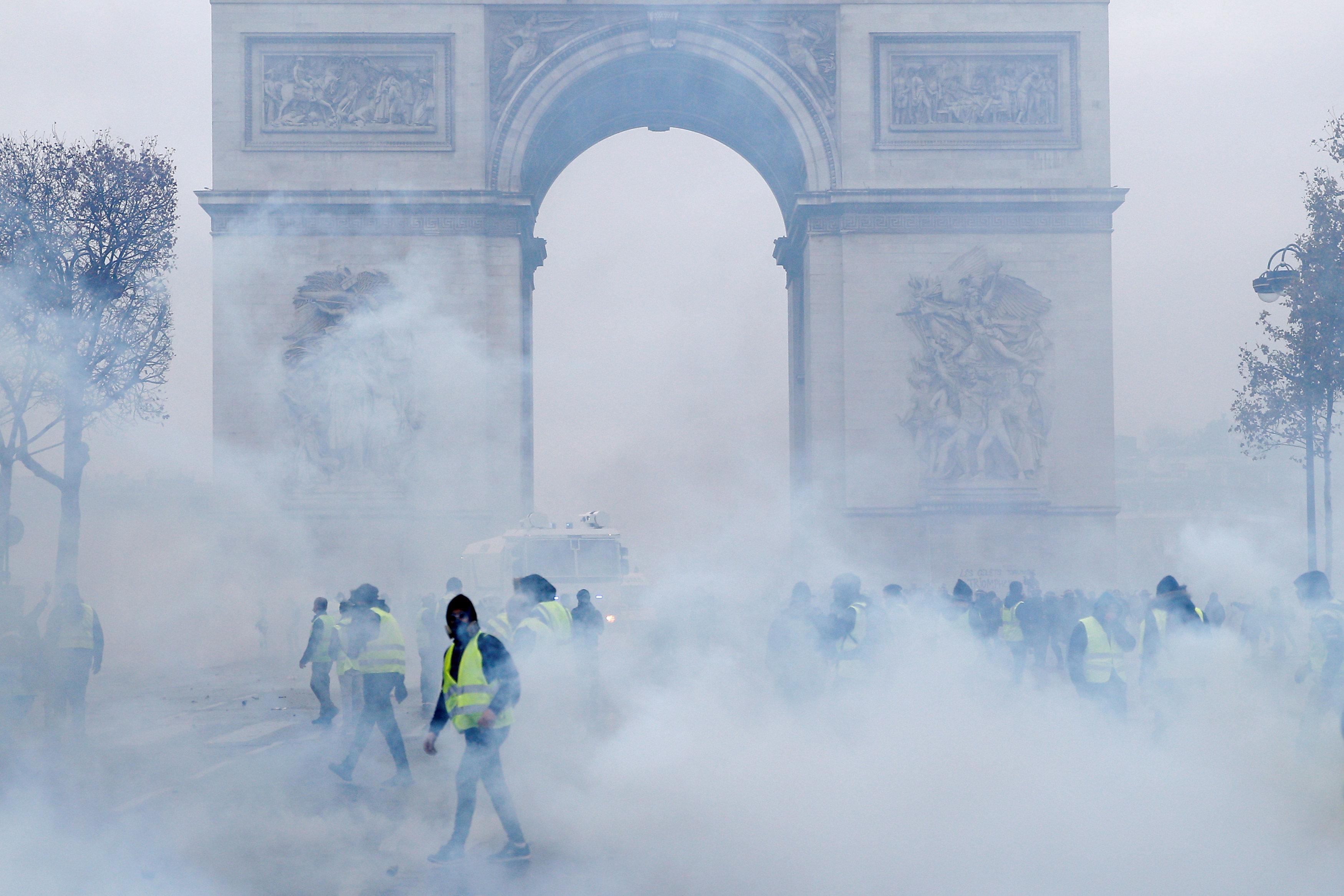 أعمدة الدخان تهيمن على المشهد الفرنسى