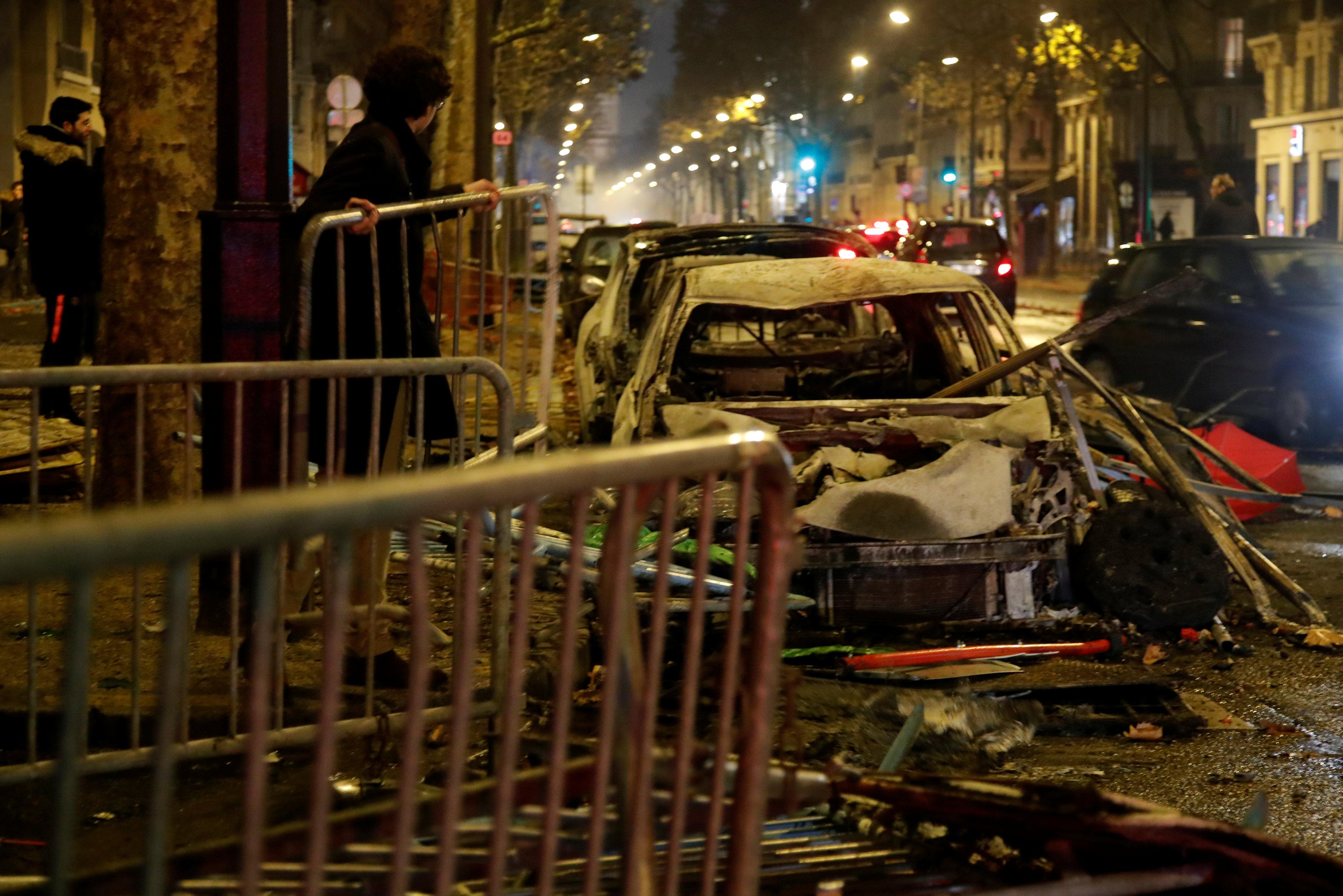 بقايا سيارات دمرتها المظاهرات