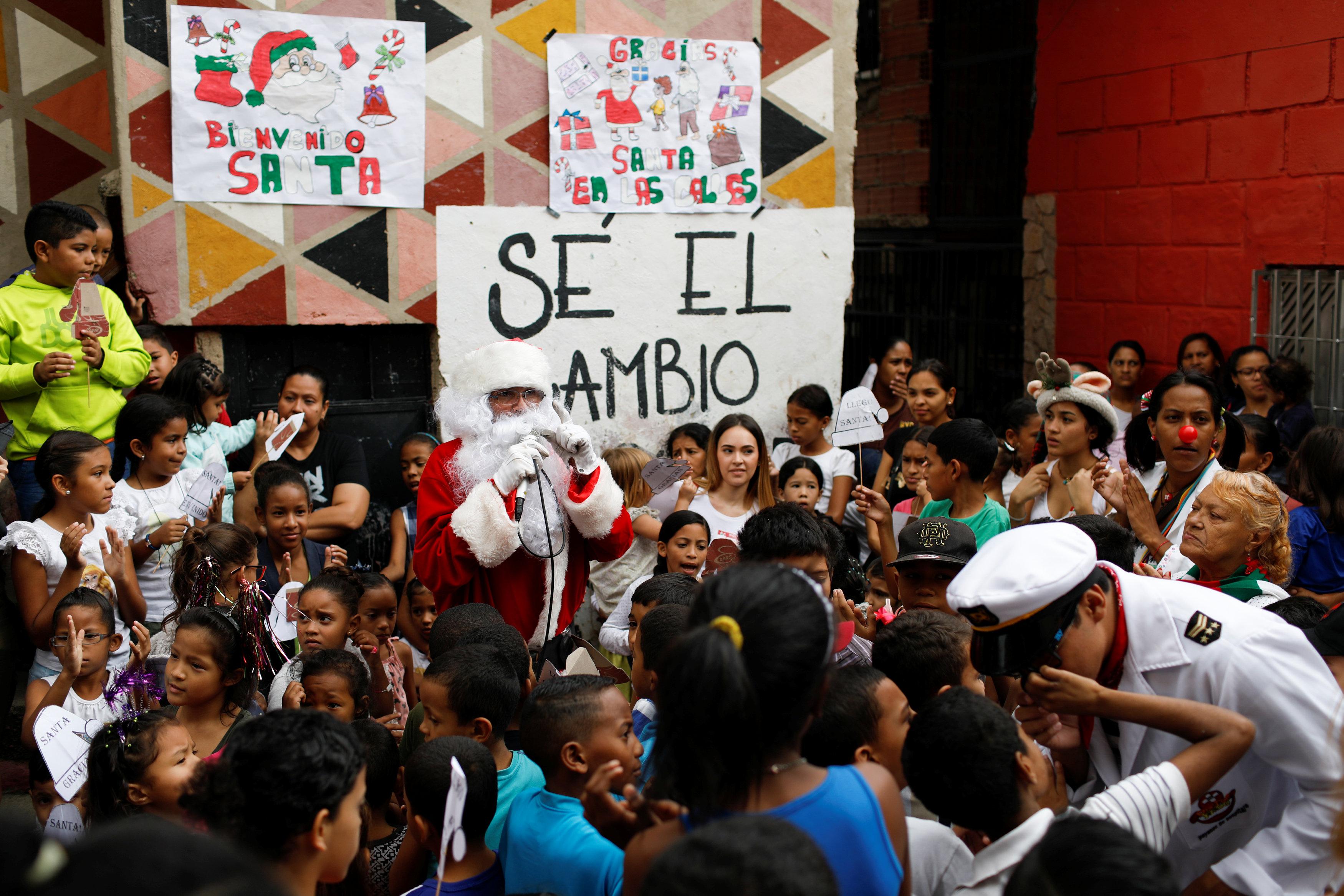 بابا نويل يتجول فى فنزويلا حاملا الهدايا لأطفال المدارس (2)