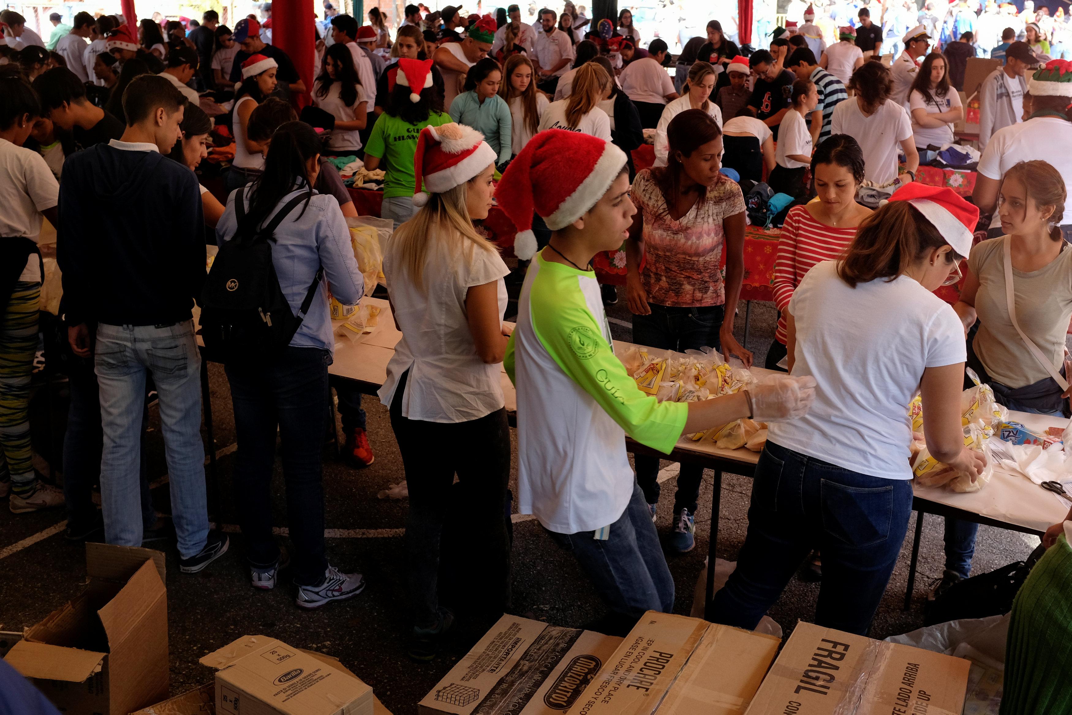 بابا نويل يتجول فى فنزويلا حاملا الهدايا لأطفال المدارس (5)