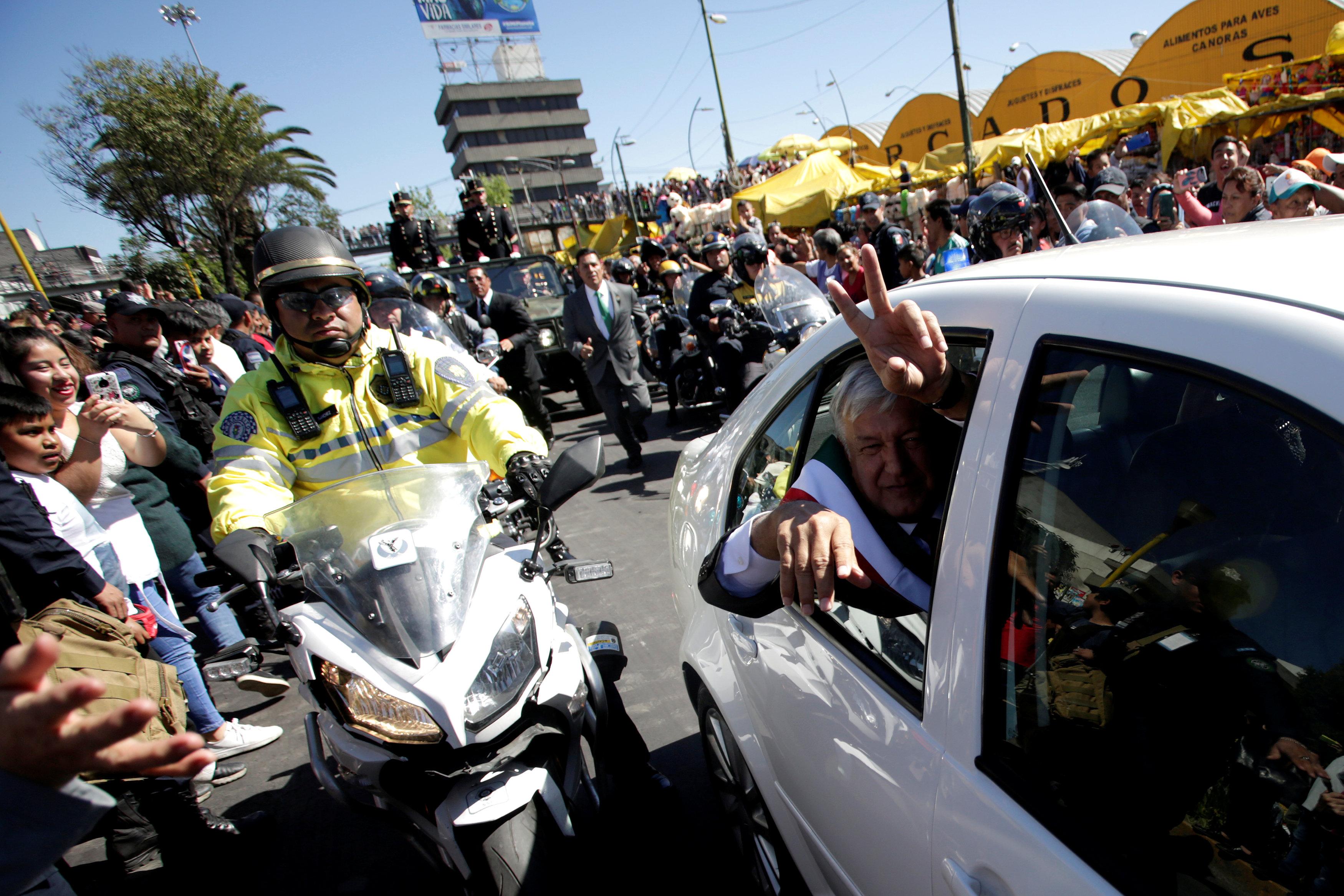 رئيس المكسيك الجديد أندريس مانويل لوبيز أوبرادور يلوح من سيارته