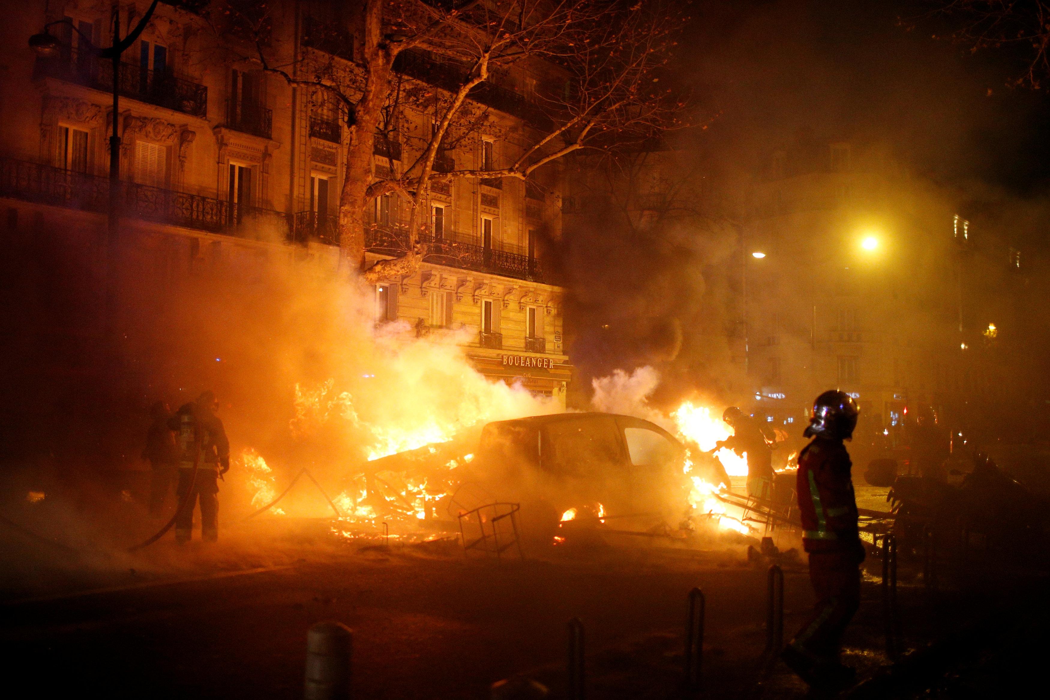 إحراق السيارات والعنف أهم ما يميز الحراك الفرنسى