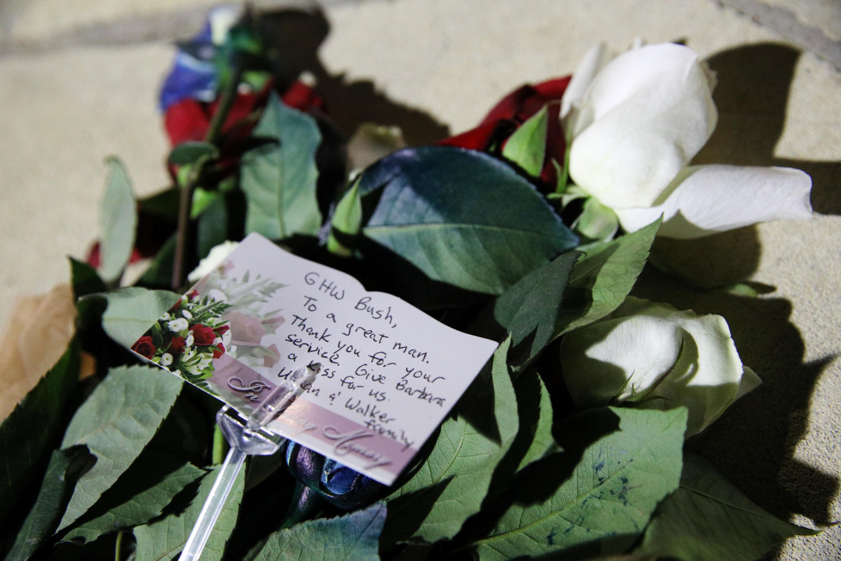 وضع الورود والشموع أمام النصب التذكارى لجورج بوش (1)